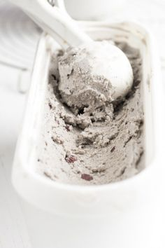 """These """"baked Alaska"""" style maple & black sesame ice cream drumsticks are the perfect mix of summer and fall. Gourmet Desserts, Paleo Dessert, Frozen Desserts, Frozen Treats, Coconut Ice Cream, Healthy Ice Cream, Vegan Ice Cream, Coconut Milk, Healthy Sweet Treats"""