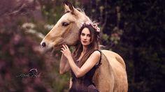 Bild könnte enthalten: 1 Person, Pferd und im Freien
