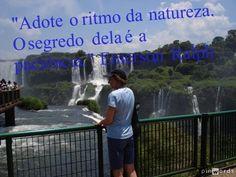 A área das Cataratas do Iguaçu é um conjunto de cerca de 275 quedas de água no Rio Iguaçu (na Bacia hidrográfica do rio Paraná), localizada entre o Parque Nacional do Iguaçu, Paraná, no Brasil 20%, e o Parque Nacional Iguazú em Misiones, na Argentina 80%, fronteira entre os dois países. A área total de ambos os parques nacionais, correspondem a 250 mil hectares de floresta subtropical e é considerada Patrimônio Natural da Humanidade.