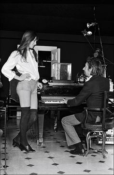 This looks like a great invitation for Serge to go to her space . Jane Birkin et Serge Gainsbourg