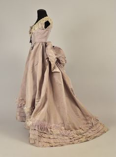 Dress with day and evening bodices ca. 1869 From Whitaker Auctions French Fashion, Retro Fashion, Fashion Dolls, Vintage Fashion, 1870s Fashion, Bustle Dress, Historical Clothing, Historical Dress, Old Dresses