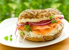 Fresh bagel with salmon. Fresh bagel with smoked salmon and cream cheese , Healthy Granola Bars, Healthy Snacks For Kids, Burritos, Brunch Recipes, Breakfast Recipes, Easy Camping Breakfast, Campfire Food, Hacks, Gastronomia