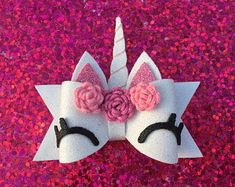 Smiling Unicorn Bow Multiple Color Choices *This is not a toy!* Always supervise while in use. Remove before nap and bedtime. Bow is made from glitter foam backed with craft foam. Making Hair Bows, Diy Hair Bows, Diy Bow, Handmade Hair Bows, Unicorn Headband, Unicorn Hair, Bow Template, Hair Bow Tutorial, Flower Tutorial