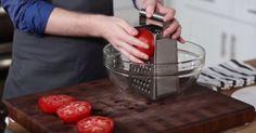 El frota los tomates contra un rallador. Minutos más tardes. No puedo esperar hasta hacer esto en mi casa.