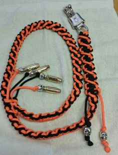 Paracord Get Back Whip. 48 inch with skulls and bullets. Paracord Get Back Whip. 48 pouces avec des crânes et des balles. Paracord Braids, Paracord Knots, 550 Paracord, Paracord Bracelets, Get Back Whip, Lanyard Tutorial, Bullet Casing, Parachute Cord, Bracelet Knots