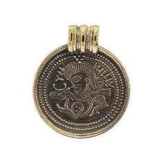 Vedhæng: Bragteat Bronze: 80 kr. Sølv 240 kr.  30 x 26 mm -  Oprindelig efterligninger af  kejsermedailloner i guld. Nordiske  runer, helligtegn og dyrefigurer kom  til, og efterhånden gik det klare  portræt over i en blanding af  forskellige motiver. De blev båret  som amuletter mod onde magter og viste rigdom.  Der blev fundet over 300 brakteater i Danmark, originalen af dette smykke 1884 i Darum ved Ribe.
