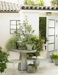 The front door of this oceanfront Los Angeles house opens to a surprising open-air courtyard. Designer Chris Barrett clustered plants in antique pots on a concrete table to create a small garden. Small Garden, Dream Garden, Concrete Table, Home And Garden, Beautiful Homes, Beautiful Backyards, Rustic Tabletop, Garden Design