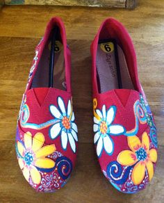 Paisley & Floral Toms like painted shoes by Lilduds on Etsy Painted Toms, Painted Canvas Shoes, Painted Sneakers, Painted Clothes, Hand Painted Shoes, On Shoes, Me Too Shoes, Shoe Boots, Shoes Men