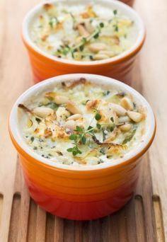 Gegratineerde vispotjes - Koken? Kaas van gegeten! - Aardappelen, prei, verse kruiden en gratineerkaas, dat zijn de voornaamste ingrediënten van dit heerlijke recept. De pijnboompitten zorgen voor een krokante noot en een licht gegrilde smaak... Side Dish Recipes, Fish Recipes, Seafood Recipes, Cooking Recipes, Healthy Recipes, I Love Food, Good Food, Yummy Food, Dinner Side Dishes