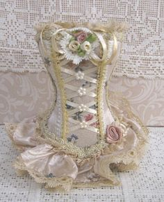 Bustier Brush Holder-Bustier Brush Holder Pink roses on cream background Fashion Dolls, Steampunk Fashion, Gothic Fashion, Pot A Crayon, Mini Robes, Dress Card, Doll Clothes Patterns, Fabric Dolls, Barbie Clothes