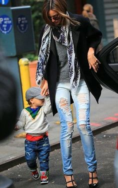 LE FASHION STYLE BLOG MIRANDA KERR HOT CHIC STYLISH MOM MOMMA FLYNN ORLANDO BLOOM SUNGLASSES OVERSIZED COAT SHORT SLEEVES RIPPED TORN SKINNY JEANS DENIM JUST UN CLOU CARTIER NAIL BRACELET GIVENCHY ANTIGONA BAG STUDDED BLACK VALENTINO ROCKSTUD HEELS 6