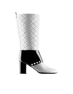 """Zapatos bicolor de Chanel. Ya medio siglo. """"Una mujer con unos buenos zapatos nunca está fea"""", decía Chanel. Y debían ser muy buenos porque han logrado sobrevivir medio siglo. Aunque lo cierto es que, hoy en día, y gracias a la mano magistral de Karl Lagerfeld, que ha sabido modernizar este complemento manteniendo su espíritu intacto, existen varias versiones del zapato bicolor: sandalias, botas altas, bailarinas..., ¡hasta zapatillas de deporte! Botas 2014"""