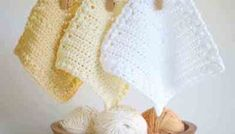 This easy crochet dishcloth pattern with matching hand towel is so simple, it works up quick and makes an amazing free crochet dishcloth gift! Diy Crochet Dishcloth, Crochet Coaster Pattern, Crochet Fabric, Crochet Blanket Patterns, Free Crochet, Beginner Crochet, Stitch Patterns, Knitting Patterns, Single Crochet Stitch