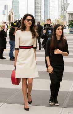 L'avocate Amal Clooney, vêtue d'une robe en laine et soie Gucci, et Nadia Murad Basee Taha se rendent au siège de l'ONU à New York. Le 16 septembre 2016.