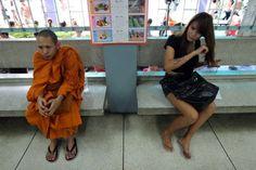 42 fotografias impressionantes da raça humana (15) Monge tailandês e kathoey (lady-boy) esperam para o chamado do serviço militar obrigatório