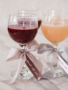 Ces bougies DIY Wine + Champagne Gelly sont un must absolu! - DIY et Bricolage Wine Candles, Gel Candles, Wine Glass Candle Holder, Teacup Candles, Diy Candle Holders, Beeswax Candles, Homemade Scented Candles, Homemade Gifts, Diy Marble
