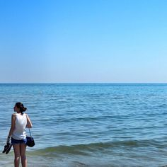 Entre #Bologna e #SanMarino dei uma passada por #Rimini, no Mar Adriático. É uma cidade super procurada pelos italianos para fugir do calor no fim de semana e eu também não resisti e tive que dar um mini mergulho, mas antes fui lá testar a água...temperatura perfeita para esses dias quentes que tem feito aqui na #Italia! - Instagram by vontadedeviajar
