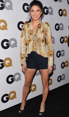 Jessica Szohr arrasou no look balada com shortinho de cintura alta preto, blusa com estampa de penas e peep toe!     Jessica Szohr - Look do dia - Novembro de 2012 - CAPRICHO