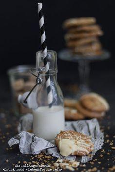 Cookies mit weißer Schokolade und Haselnusscrunch Glass Of Milk, Food, White Chocolate, Biscuits, Crumble Recipe, Meals, Yemek, Eten