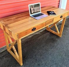 A unique idea for the person who wants a work station at home for working online, the double drawer desk looks great when placed in the bedroom or anywhere else in the home because the pallets look awesome when reshape into anything even when they are not painted.
