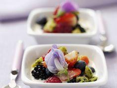 Gemischte Beeren mit Vanillesoße ist ein Rezept mit frischen Zutaten aus der Kategorie Süße Sauce. Probieren Sie dieses und weitere Rezepte von EAT SMARTER!