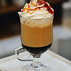 Delicioso do início ao fim, temos aqui mais um bom motivo para dar aquela passadinha na Cia. Mineira de Chocolates: o nosso Café Latte Caramelo! Preparado com o nosso espresso, uma generosa calda de caramelo, leite vaporizado formando uma crema de leite irresistível, chantilly e, para deixá-lo ainda mais bonitão, é decorado com calda de caramelo e cacau em pó! 🍯👌🏻 Corre pro @uberlandiashopping e vem prová-lo! #CiaMineiradeChocolates #CoffeeTime #CoffeeLovers #CafeLatte