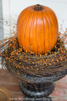 Easy And Simple Fall Front Porch {And Our New Front Door Leicht und einfach fallen Veranda {un. Outside Fall Decorations, Fall Decorating Ideas For The Porch Front Doors, Porch Urns, Pumkin Decoration, Pumpkin Display, Fall Vignettes, Creative Pumpkins, Fall Arrangements, Fall Planters