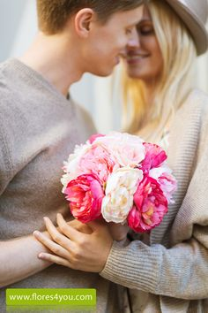 Hombre regalar flores por aniversario de boda