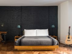 Ace Hotel New York is a historic boutique hotel and cultural hub in Midtown Manhattan, known for its bustling lobby, local art and soft beds. Ace Hotel New York, Boutique Hotel Room, Boutique Hotels, Chelsea Hotel, Nyc Hotels, Luxury Hotels, New York Loft, Hotel Bed