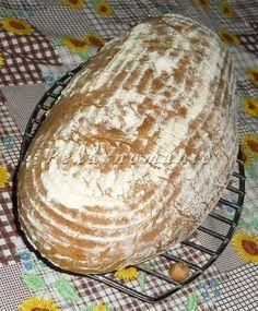 Pevnější, lehký, pravidelně dírkovaný chleba s bílými stopami ovesných vloček ve střídce. Suroviny: 30 g pravidelně krmeného kvásku smícháme se 100 g žitné chlebové mouky, 80 g pšeničné chlebové mouky a 180 g vody a v zakryté míse necháme v teple rozkvasit asi 10-14 hodin Dále: 200 g hladké mouky 220 g pšeničné chlebové mouky… Slow Cooker, Food And Drink, Dairy, Cheese, Baking, Diet, Chef Recipes, Bakken, Crock Pot