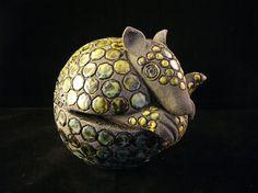 Petit tatou en boule en grès noir émaillé Pottery Animals, Ceramic Animals, Rock Tile, Statues, Armadillo, Soapstone, Pottery Studio, Animal Sculptures, Tile Art