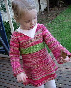 Orientalske Lily. Sød tunika/kjole i et hav af størrelser fra nyfødt til 10 år. Ikke svær at strikke og med mange muligheder for variation mht. kontrastfarver og garntype.