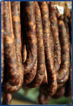"""(figatelli) (2) Voilà pourquoi l'appellation d'origine contrôlée """"AOC charcuterie corse"""", créée en 2012, a été attribuée à la coppa (échine), au lonzu (filets) et au prisuttu (jambon cru) élaborés uniquement à base de porcu nustrale"""