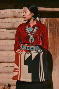 A New American Indian College Fund Blanket for 2017 – Pendleton Woolen Mills Native American Clothing, Native American Beauty, Native American Photos, Native American History, American Indians, American Symbols, American Pride, American Art, Navajo Women