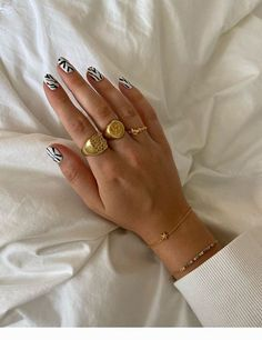 Black and White Nails - Life Is Fun Silo Nail Design Stiletto, Nail Design Glitter, Minimalist Nails, Nail Swag, Black Gel Nails, Acryl Nails, Shoe Nails, Oval Nails, Funky Nails