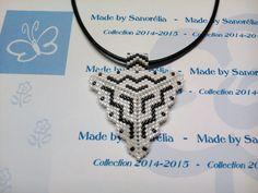 2014/034 - Pendentif + cordon - style triangle - tissage peyote - perle en noir et blanc - motif Bénédicte : Pendentif par sanorelia