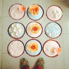 Cupcakes de Verano #cupcakes #fondant #sugarart #sugarflower #pink #skyblue #orange #sweet #flower #rose www.delicatessepostres.com Mini Cupcakes, Desserts, Food, Deserts, Tailgate Desserts, Essen, Postres, Meals, Dessert