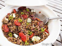 L' insalata di lenticchie tiepida è un ottimo piatto unico, ma puo' anche essere un super contorno: i colori brillanti e la sua freschezza ne fanno un piatto indimenticabile per chi le adora.