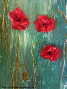 coquelicots en volume: fleur en papier vitrail trempé dans vernis colle, fond à la gouache verte, tige à la craie grasse