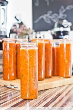 Eine köstliche Tomatensauce, die einem (im Sommer zubereitet und eingekocht) auch im Winter den Sommer auf den Teller bringt. :)