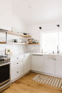 Inspired by: The California Casual Home of an Emily Henderson Design Assistant White Marble Backsplash Kitchen Minimal Scandinavian Style In California Minimal House Design, Minimal Home, Home Interior, Kitchen Interior, Interior Design, Rustic Kitchen, Kitchen Decor, Scandinavian Kitchen Backsplash, Retro Home Decor