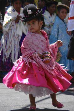 Een dansend meisje tijdens een optocht in Noord-Chili