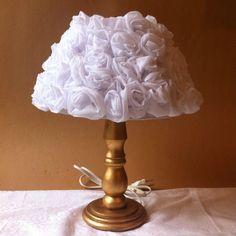 Abajur com cúpula de flores de tecido (rosas)    Altura de 45 cm.