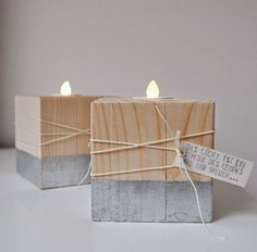 "… einfache Holzleuchter mit Blattsilber ""veredelt""… … noch ein passendes K… … simple wooden candlesticks with silver leaf ""ennobled"" … … another matching card on it … … and again a gift is ready! Into The Woods, Cement Crafts, Wood Crafts, Decoration Christmas, Christmas Diy, Small Wood Projects, Diy Projects, Navidad Diy, Wood Candle Holders"