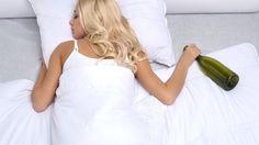Anche se fa addormentare in fretta bere alcol prima di coricarsi può essere controproducente. Scopri i suoi effetti sul sonno! http://www.deabyday.tv/salute-e-benessere/whatsnew/guide/11448/Attenzione-all-alcol--interferisce-con-il-buon-sonno.html