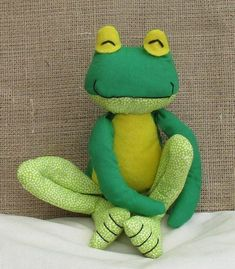 Fritz Frog soft toy sewing pattern at Makerist - Image 5 Teddy Bear Sewing Pattern, Plush Pattern, Sewing Patterns Free, Doll Patterns, Diy Sock Toys, Crochet Sloth, Fabric Animals, Sewing Dolls, Sewing Projects For Beginners