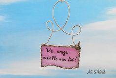 """Message de verre en vitrail rose, """"Un ange veille sur toi"""", avec un ange papillon en métal et livrée dans une boîte carte cadeau magnifique - Produits fabriqués au Québec par Zens Arts & Arts Vitrail"""
