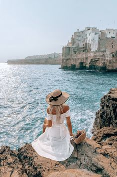 Polignano a Mare - La Blonde Travel Pictures, Travel Photos, Debut Photoshoot, Beach Poses, Applis Photo, Beautiful Places To Visit, Beach Trip, Photo Poses, Italy Travel