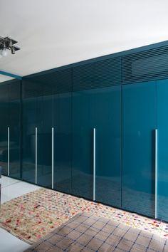 armário com laca azul cobalto - acabamento brilhante