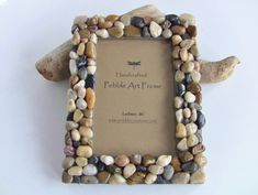 Do with large, thin frame or cork board and a single row of pebbles Pebble Pictures, Stone Pictures, Frame Crafts, Diy Frame, Foto Frame, Inspiration Artistique, Rock Crafts, Gift Store, Recycled Crafts